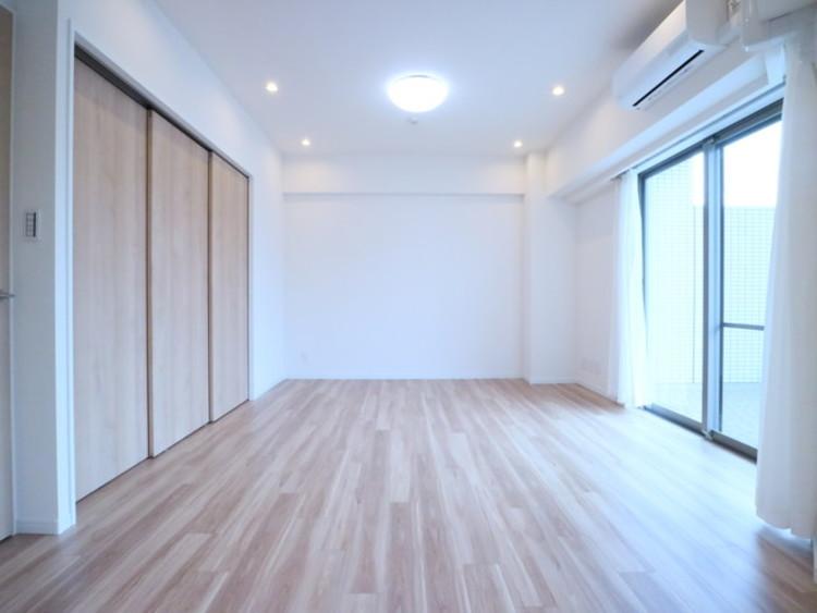 ナチュラルな木目調の床から木のぬくもりを感じられる広々としたリビングルーム。心に余裕をもたらす快適住戸。