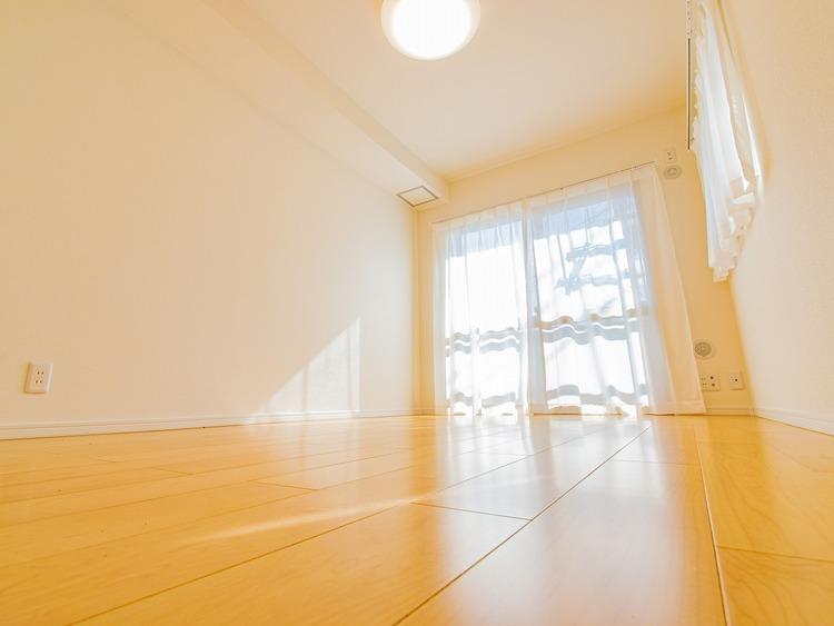 二面採光の陽光射し込む洋室。爽やかな風と採光を存分に感じる事が出来る居室です。