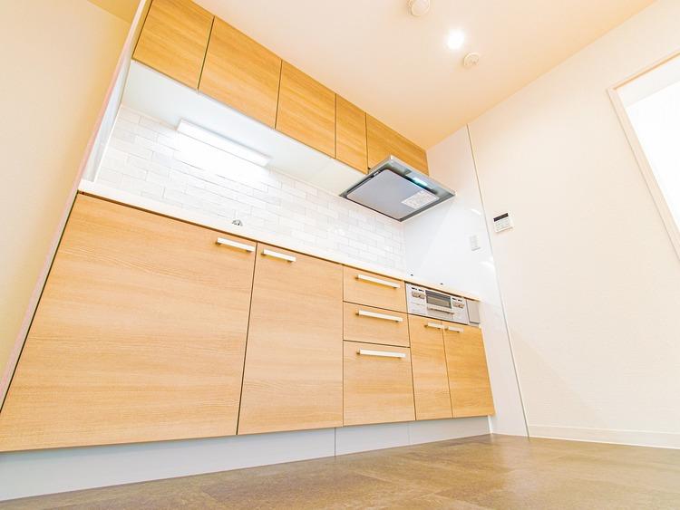 色調を合わせたキッチンは奥行もあり広く解放感あるスペースを確保しております。