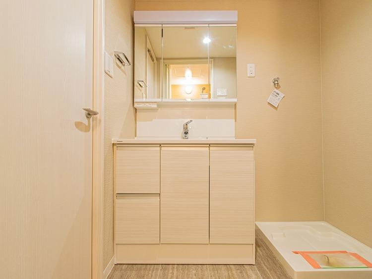 洗面台は三面鏡です。身だしなみを整えやすい事はもちろん鏡の後ろに収納スペースを設ける事により、洗面スペースをスッキリできますね。