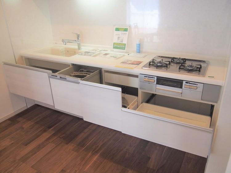 キッチンの備え付け収納。食器から調理器具まで大きさに分けて分類収納可能。