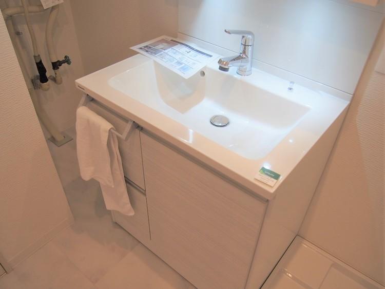 洗面台下には洗剤のストックなどが仕舞える収納付。