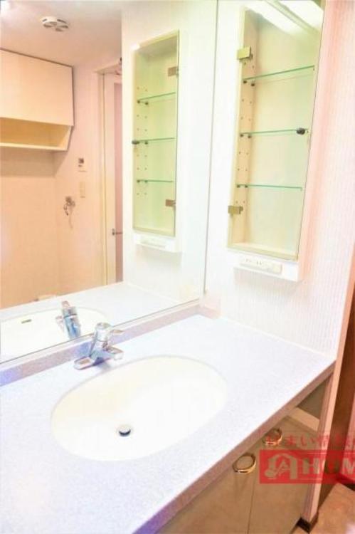 大きな一枚鏡の洗面化粧台で、朝の身支度も捗ります!