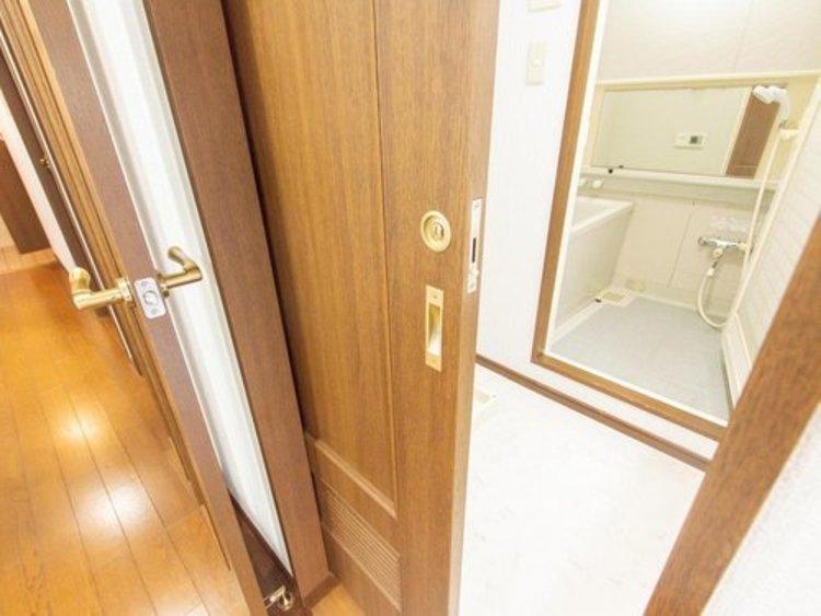 洗面スペースに向う扉は引き戸を採用しています。ドア扉と違いスペースを取らないので安心です。