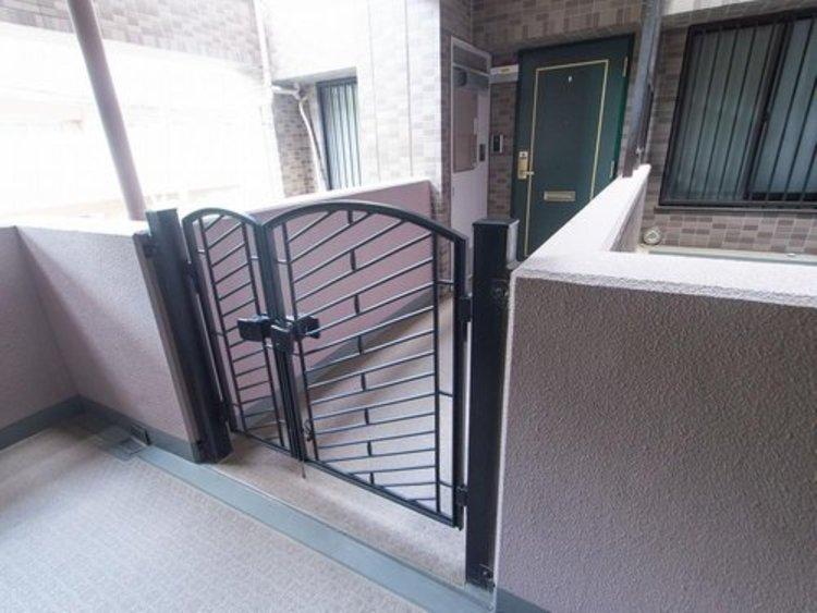 玄関の前に門扉が設けられているポーチは、他の居住者が自由に入ることのできないプライベート空間です。そのため、プライバシーを守ることができるうえに、防犯面でも高い効果が期待できます。