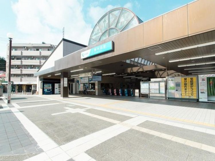 お住まいから徒歩1分にある唐木田駅。徒歩1分の好立地なお住まいは便利で、誰もが夢見る物件ですね。