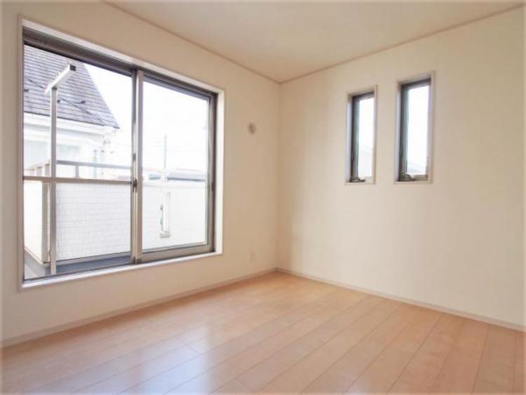 2階5.2帖の洋室です。明るく風通しの良い2面採光です。