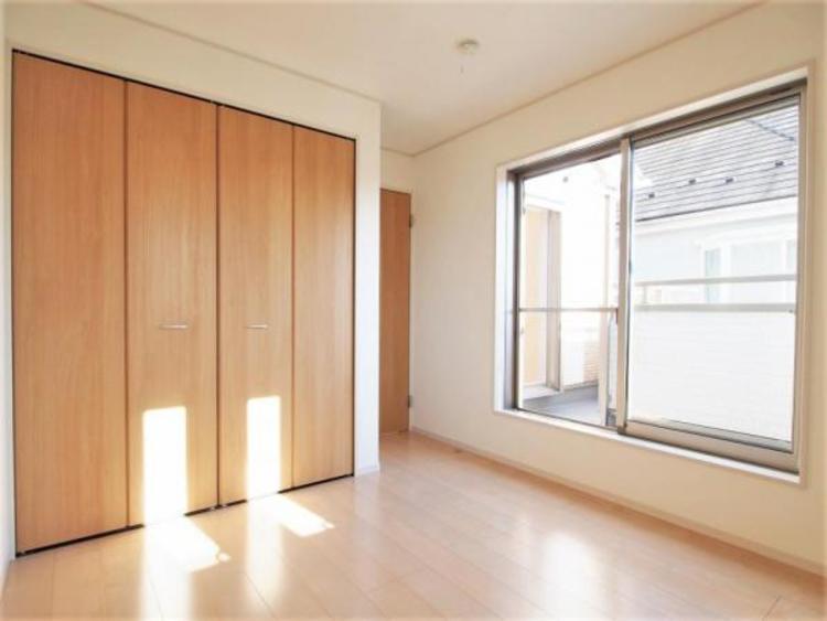 2階5.2帖の洋室です。バルコニーに出られます。