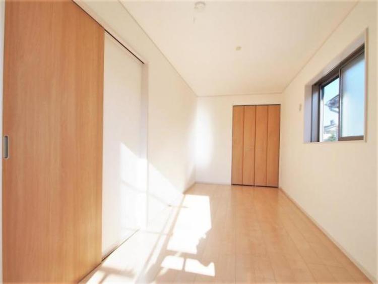 2階7.5帖の洋室です。収納付でお部屋を広く使えます。