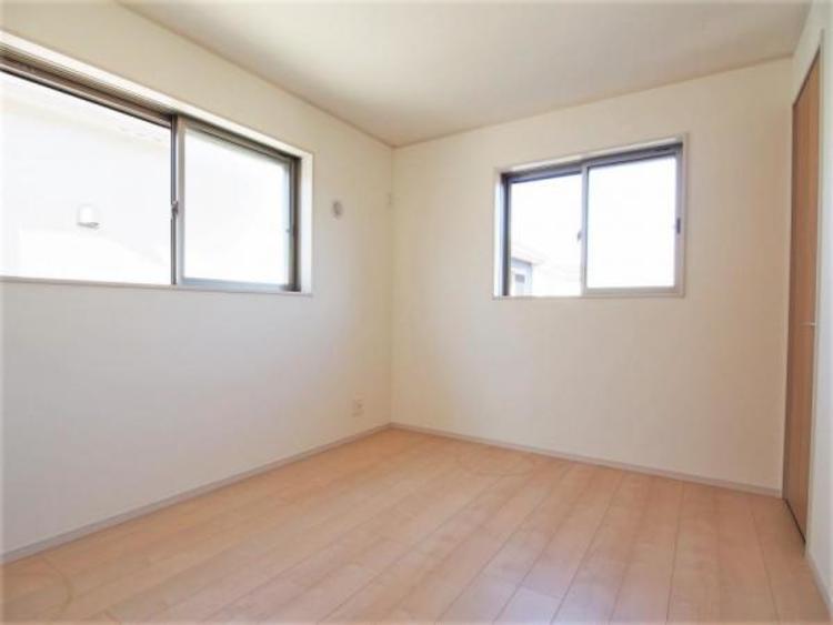 2階5.2帖の洋室です。明るく風通しの良い2面採光。