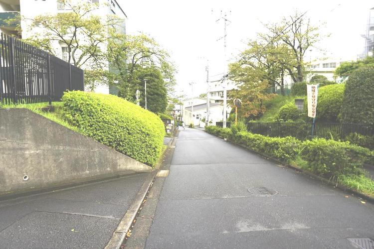 前面道路も広く、開放感がございます。