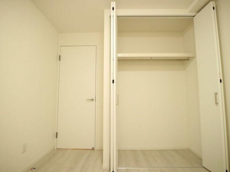 各居室にクローゼットをご用意しております。その分お部屋を広く使うことができます。