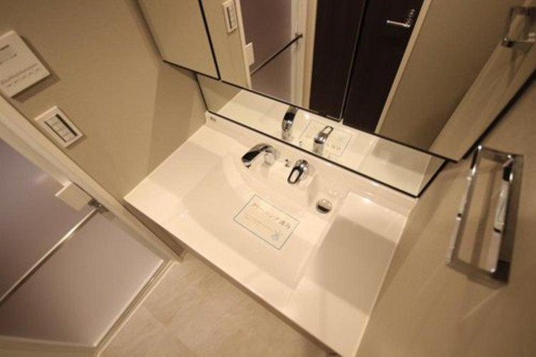 清潔感ある洗面台は、身だしなみチェックや肌のお手入れに最適です。何かと物が増える場所だからこそ、スッキリと見映えの良い空間に拵えました。