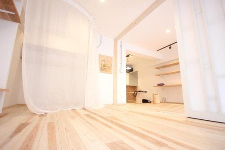 リビングに隣接する居室。引き戸を開け放てば2部屋が一体となり広々と。快適空間が生まれます。