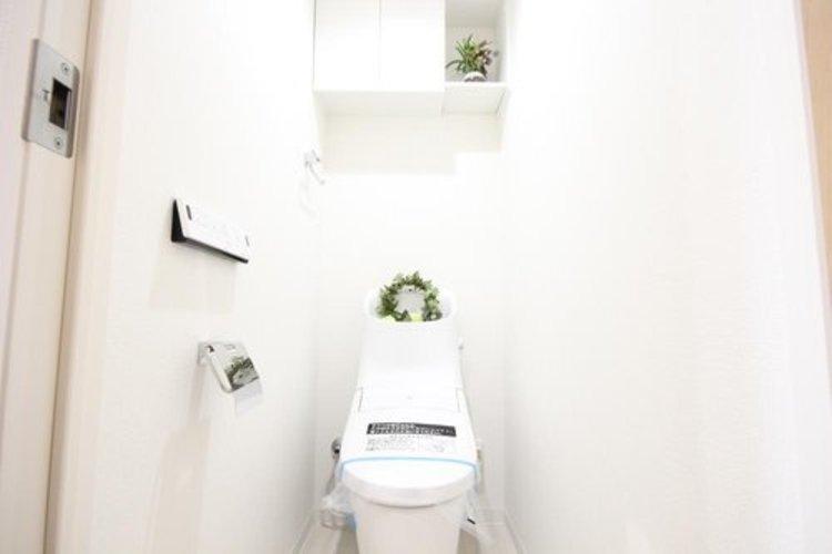 白を基調とし、清潔感のある空間に仕上がりました。人気のウォシュレットタイプを採用し、日々の生活を快適に。