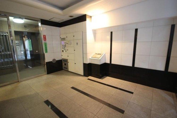 開放感溢れる空間。厳選された素材で構成された壁面。広い共用部分は充実さも兼ね備えています。