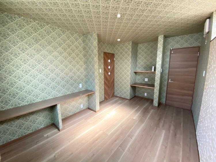 7.6帖の洋室です☆このお部屋からトイレに入ることができるので、1階部分をネイルサロン等店舗としてご利用いただくことも可能です♪