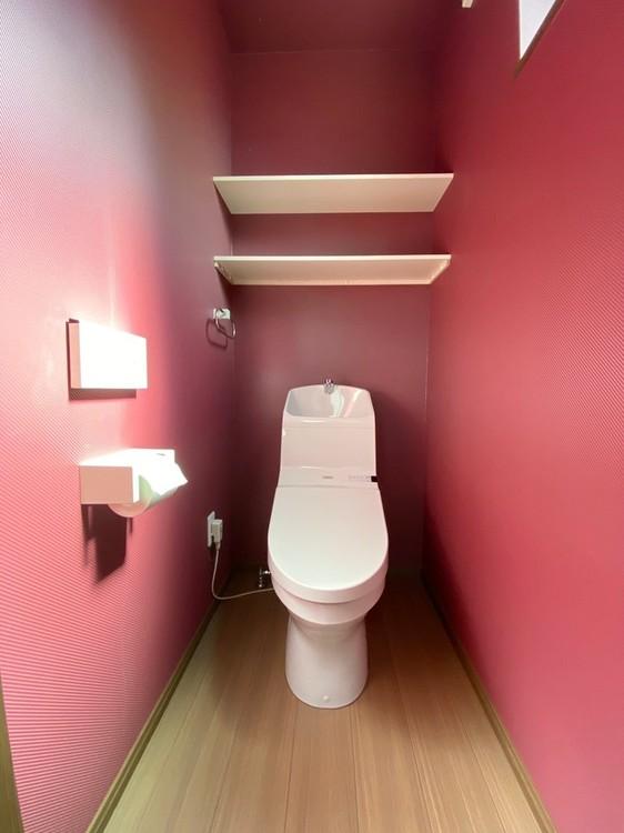 1階のトイレです☆棚付きなのでトイレットペーパーなどのストックが置いておけます。
