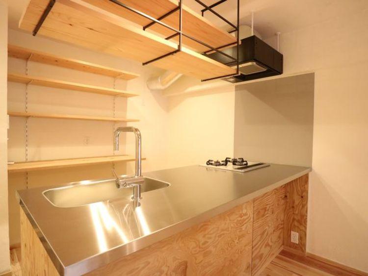 リビングと一体化した対面キッチンは、リビングにいるご家族を優しくつなぎます。