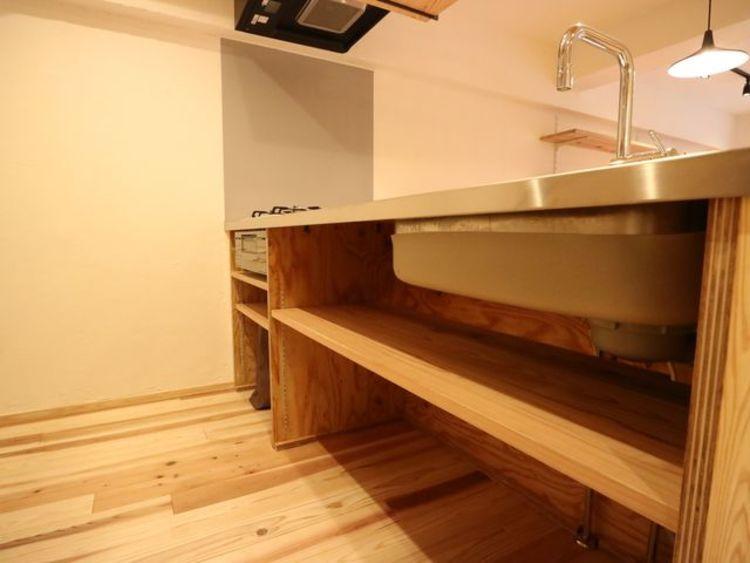 キッチンの下には奥まで無駄なく活用できる収納スペースをご用意。