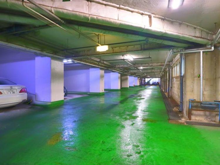 敷地内駐車場。地下なので大切な愛車を雨風から守れます。