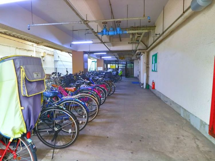 広々としたスペースの駐輪場はご家族の自転車を置くことができます。屋内にあるので天気の影響を受けず安心です。