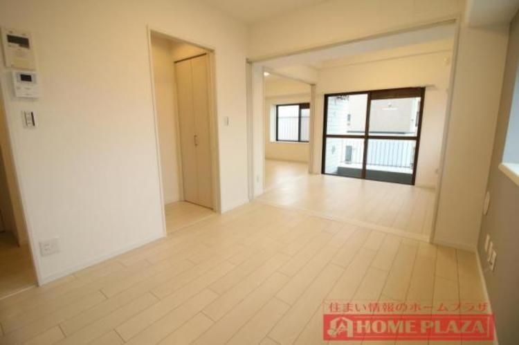 隣の洋室は大きく間仕切りを開けて大部屋としてお使いいただけます。