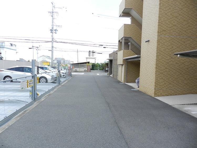 道路との高低差が無いので駐車もラクラクです。