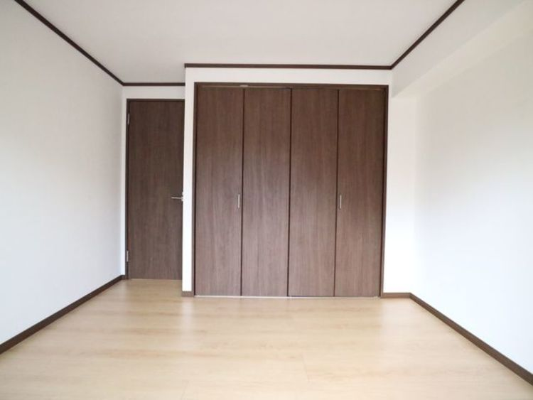 ナチュラルカラーのフローリングのお部屋は、温かみを感じさせリラックスをもたらす効果があります。落ち着いて過ごせるのでプライベートルームにピッタリです。