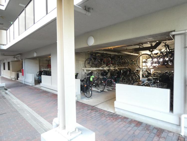 階下の自転車置き場です。