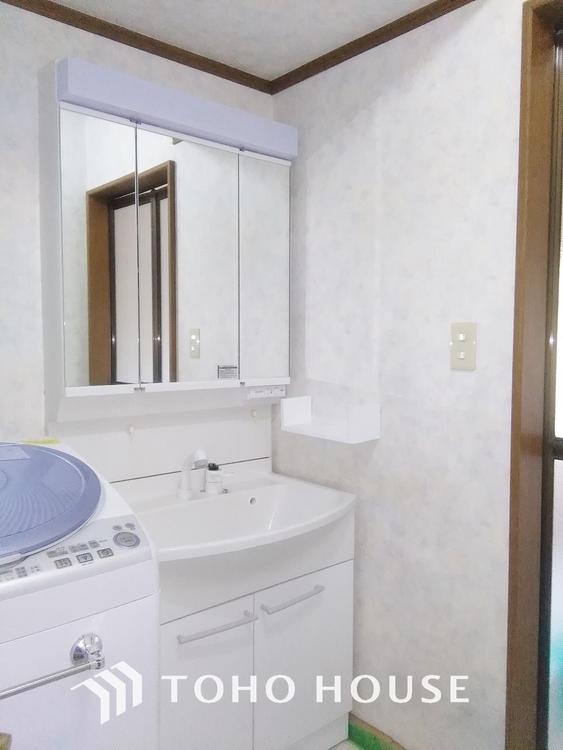 収納力と機能性に優れたお手入れラクラク洗面化粧台。大きな鏡で毎日の身支度もスムーズになります。