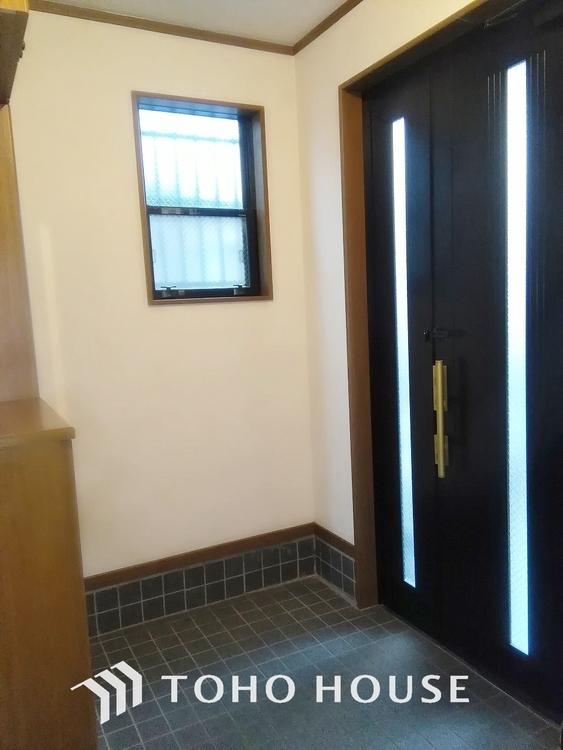マンションでも戸建てでも暗くなりがちな玄関ですが窓があることで明るく高級感の出せるスペースになっています。