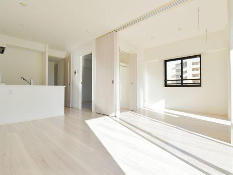 5帖の居室と隣接しており、開放的な空間が広がります。