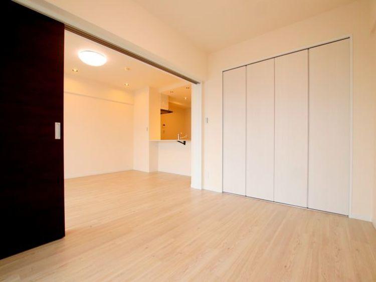 リビング横に隣接した5.5帖の寝室は仕切りを解放するとリビングと併せて18.5帖の広々空間に。ライフスタイルの変化にも対応する住まい。