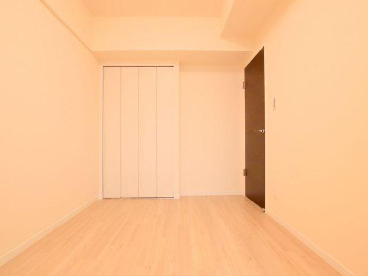 (約4.6帖の寝室)お子様のお部屋を与えるのにぴったりなサイズ。