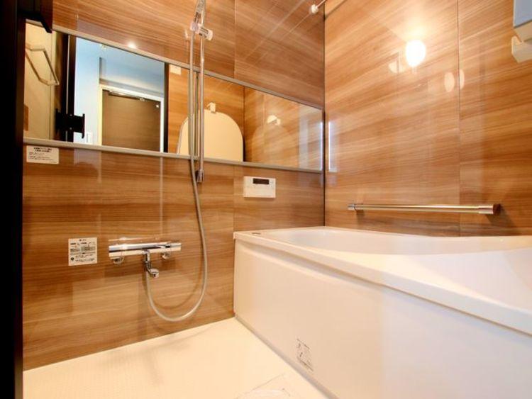 木目調のパネルが全面に施工されており、まるで高級ホテルに宿泊しているような空間に仕上がっております。