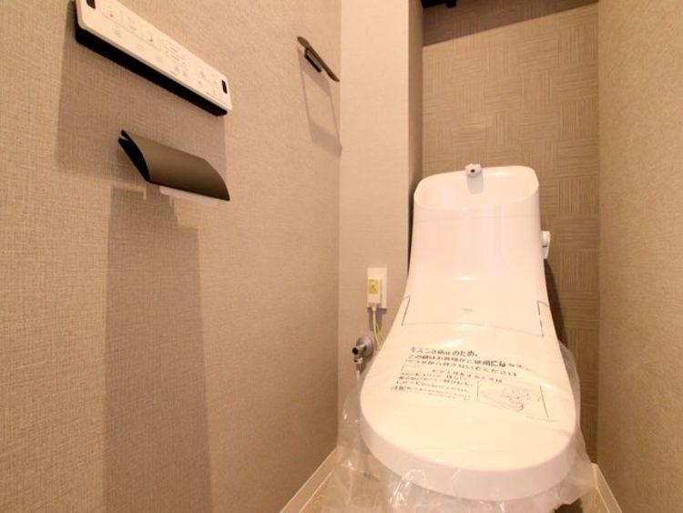 トイレも新規交換済み。上部には戸棚を新規に設けてあります。