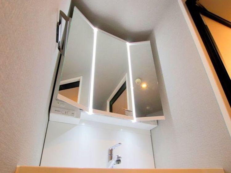 三面鏡付きの洗面はLEDを採用しており、光方も上品に照らしてくれます。