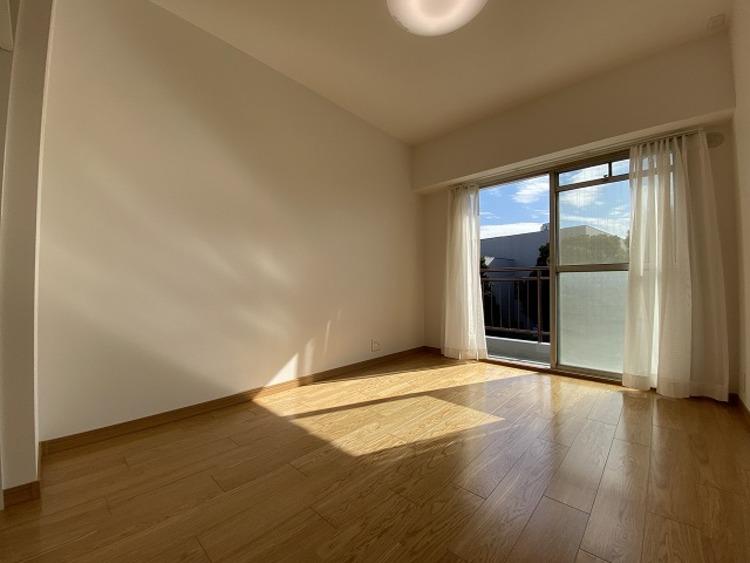 開口部が広く、たくさんの陽を取り入れます。窓を開ければ気持ちよい風が舞い込み、開放的な空間を演出します。