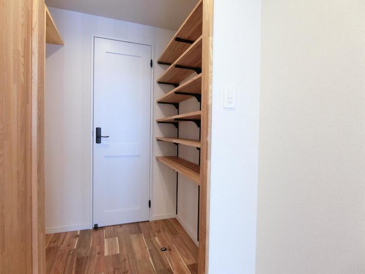 洗面所からも出入りができる収納スペース。