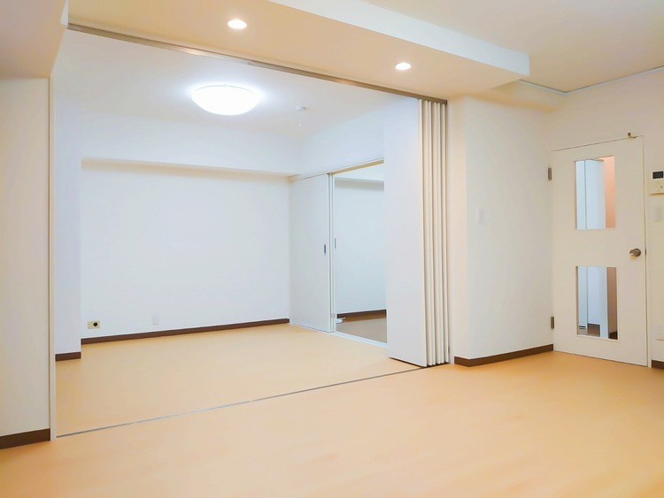 DKと隣接する洋室を開放すれば、大空間に。ゲストを招いたホームパーティーなど楽しめます。
