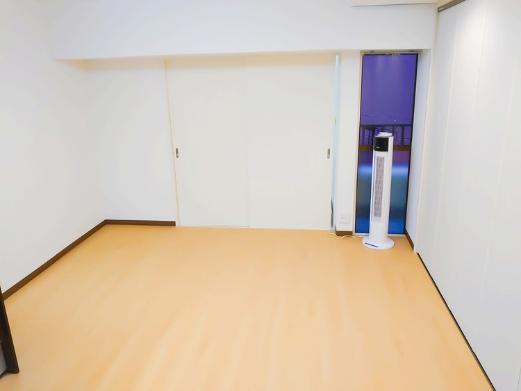 ゆったりサイズの主寝室は、心身を静かに満たすシックな趣き。