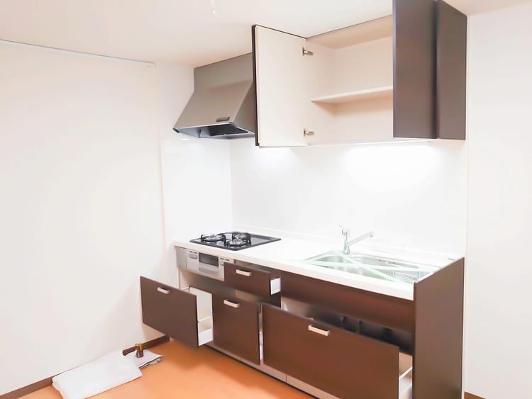 キッチンは大容量の収納スペースが確保されたつくりになっています。三つ口コンロは朝の忙しい時間でお弁当でも大活躍。