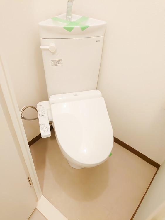 トイレの空間も綺麗でウォシュレットも完備されております。