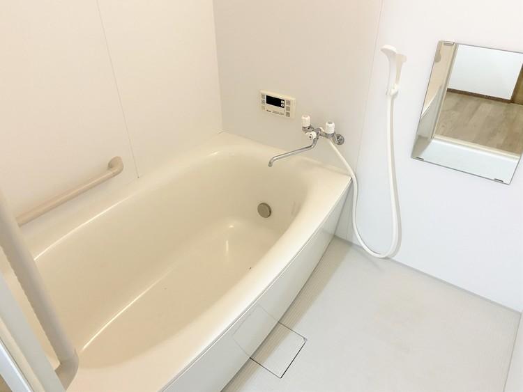 ゆったりと足を伸ばしてくつろげる浴室。