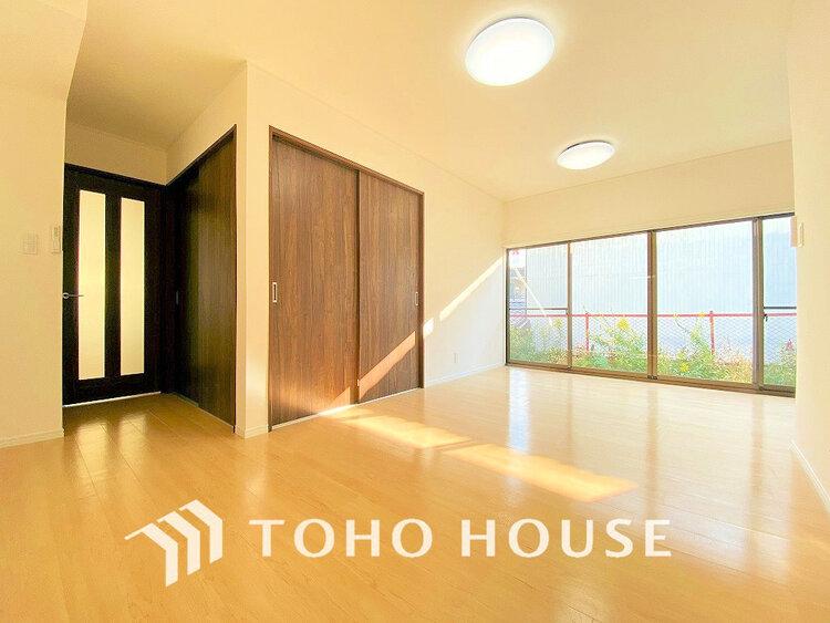 窓が多いリビングルームは採光も十分!家族団らんの空間にピッタリです。