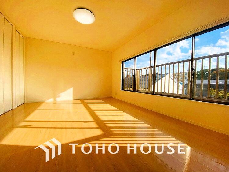 窓の大きいお部屋は、たっぷりの陽射しを取り入れてくれます