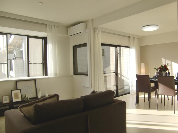 出窓がありますので、部屋に奥行きが出て、小物やインテリアを置く場所も増えますね。