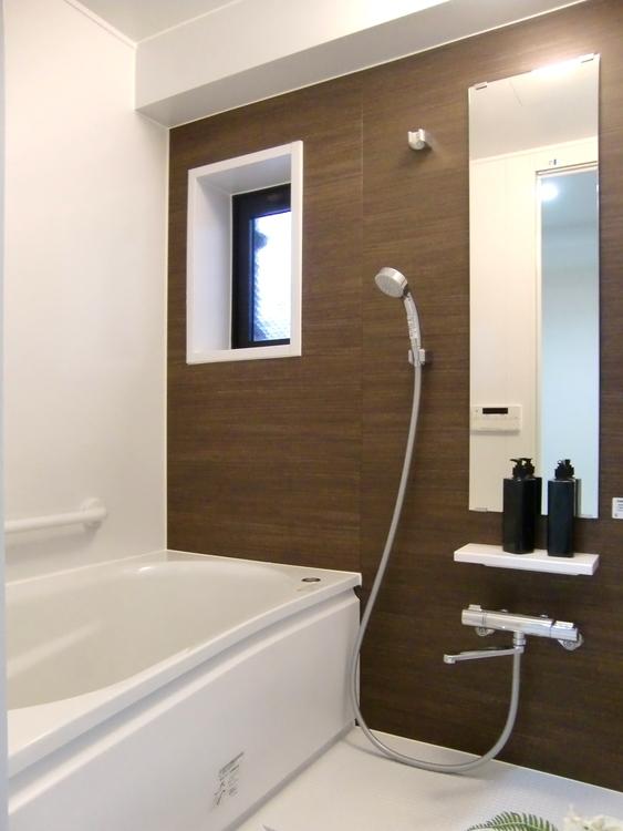 お風呂は追焚き機能付きで、いつでも温かい湯船に入れます。