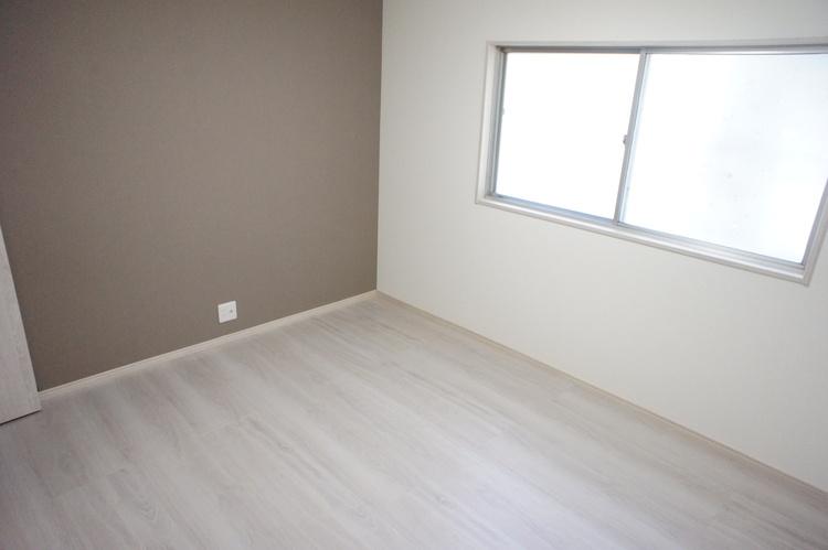 約6帖の洋室です。アクセントクロスが落ち着いた空間を演出。